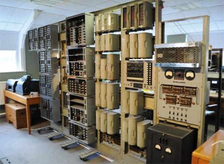 Фото - Старейший цифровой компьютер восстал из пепла